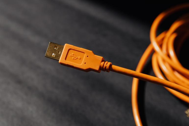 représente un câble USB de couleur orange